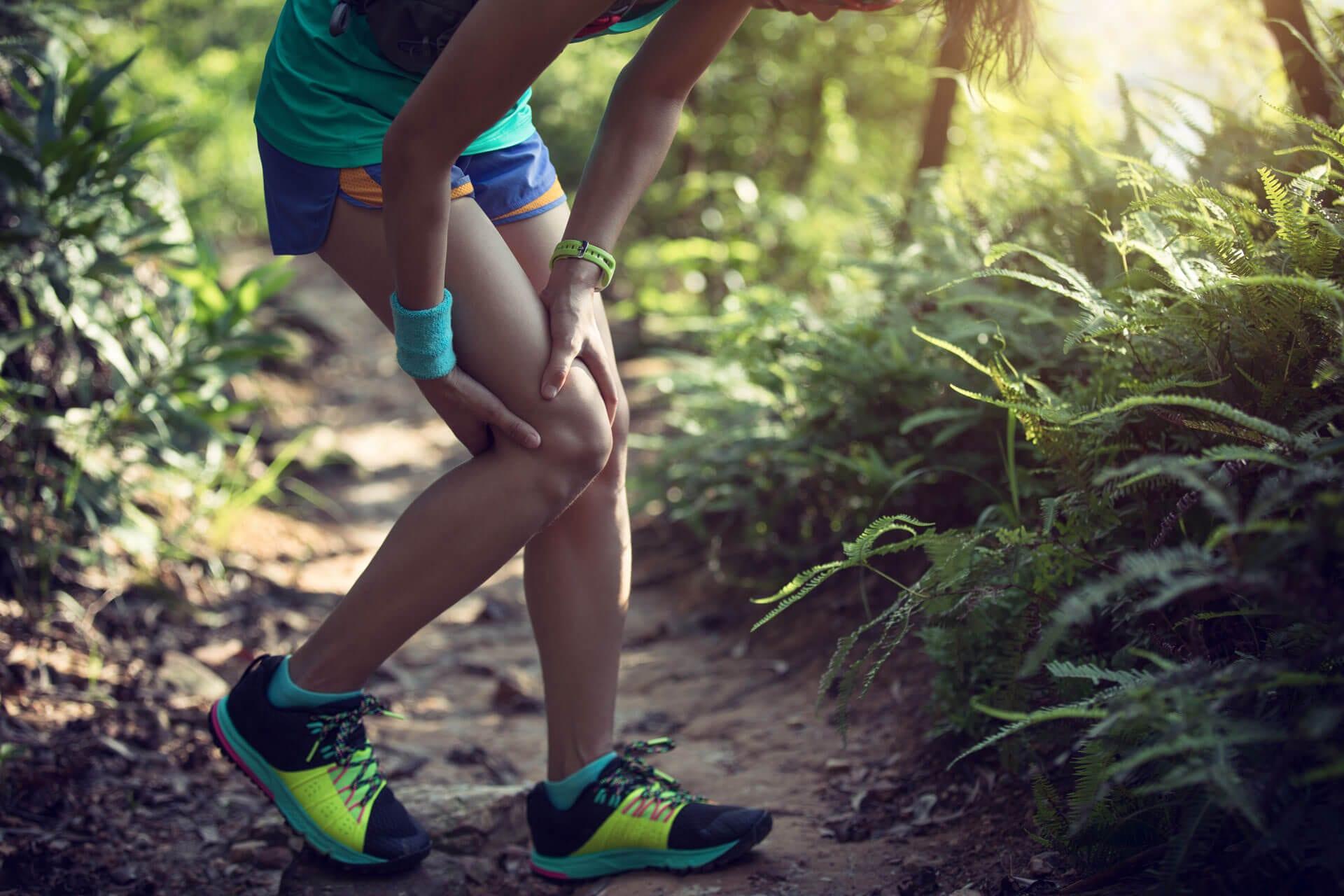 Vrouw met pijnlijk been door spierkramp tijdens hardlopen