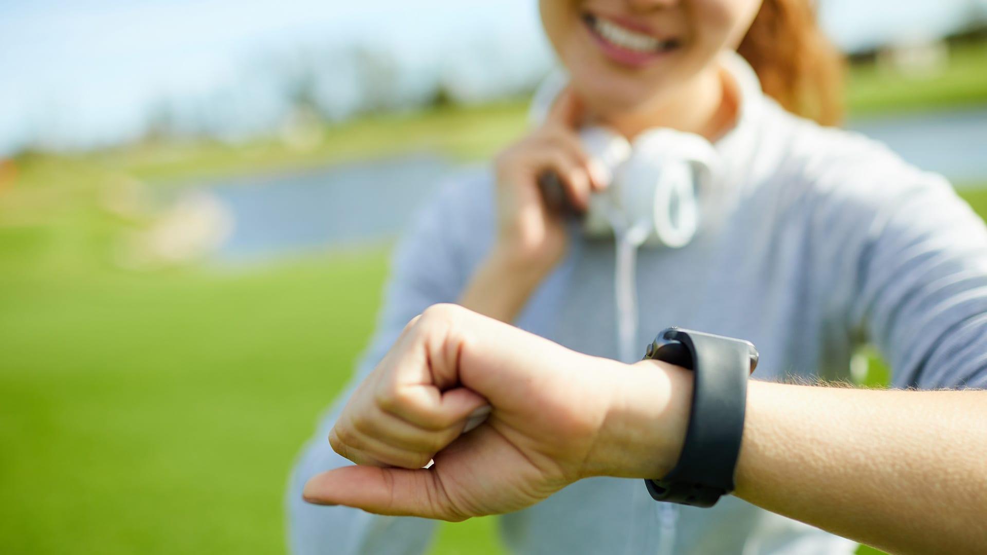 Sporter kijkt op smartwatch